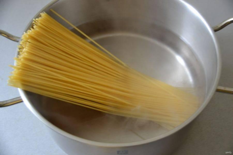 В это время должна закипеть вода в кастрюле, посолите и отварите спагетти до готовности в соответствии с указаниями на упаковке. С готовых спагетти слейте воду, промывать их не следует.