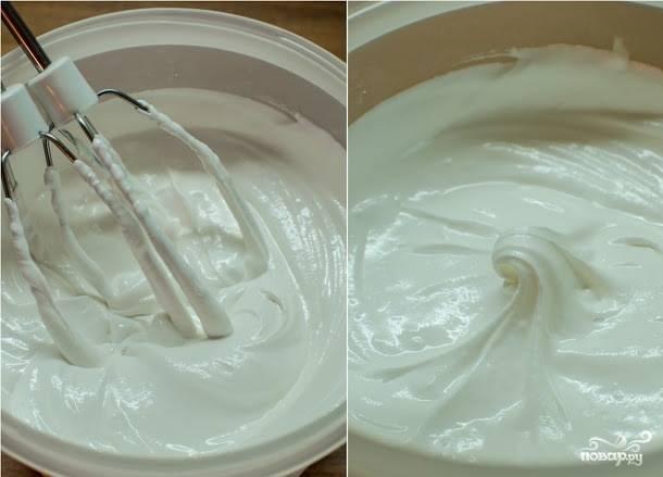 2. Взбиваем белки до состояния густой пены, после чего вводим к ним сахарную пудру. Для такой глазури обычно нужно около 400 граммов сахарной пудры из расчета: 200 граммоа на 1 белок. Тем не менее консистенцию регулируйте сами, поскольку вес яиц обычно разный. В конце добавьте лимонный сок.