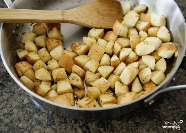 6. Сухарики можно подсушить на сковороде, постоянно помешивая, или в духовке.