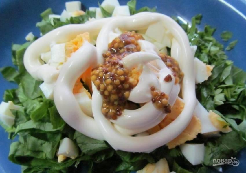 3. Добавляем зернистую горчицу и майонез по вкусу и можно добавить зелень. Хорошо со щавелем и яйцом будет сочетаться зеленый лук и петрушка. Перемешиваем салат и солим по вкусу.