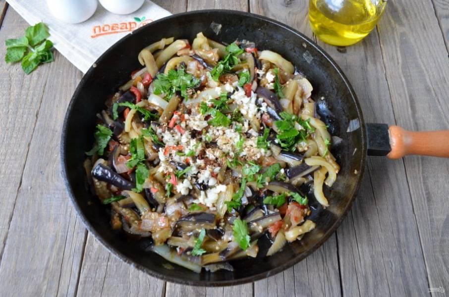 """За минуту до готовности салата, добавьте измельченную зелень, рубленный мелко чеснок, кориандр молотый в ступке и перец чили (""""огонек"""")."""