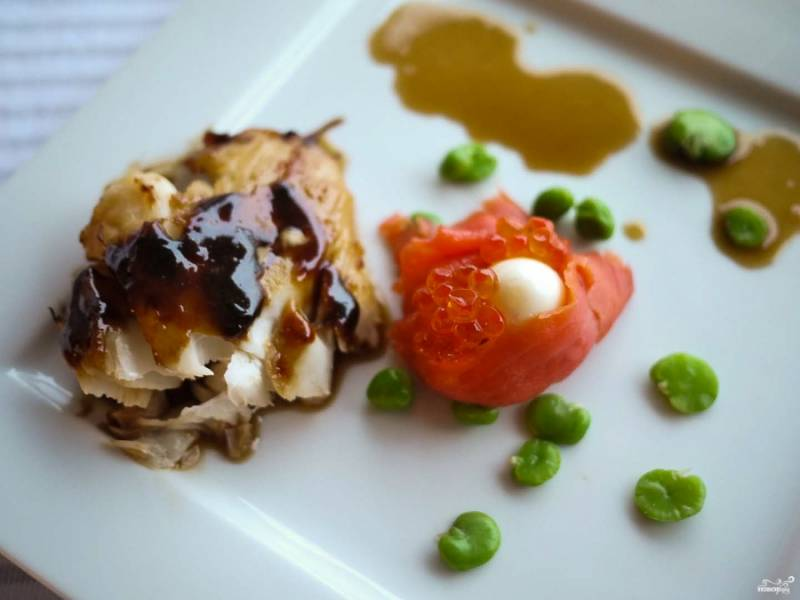 Готовые спинки трески вы можете подать с чесночным соусом, отварными бобами и горошком, а также подать к рыбе отварные перепелиные яйца, завернутые в лосось с икрой. Это лишь один из способов подачи, более праздничный.