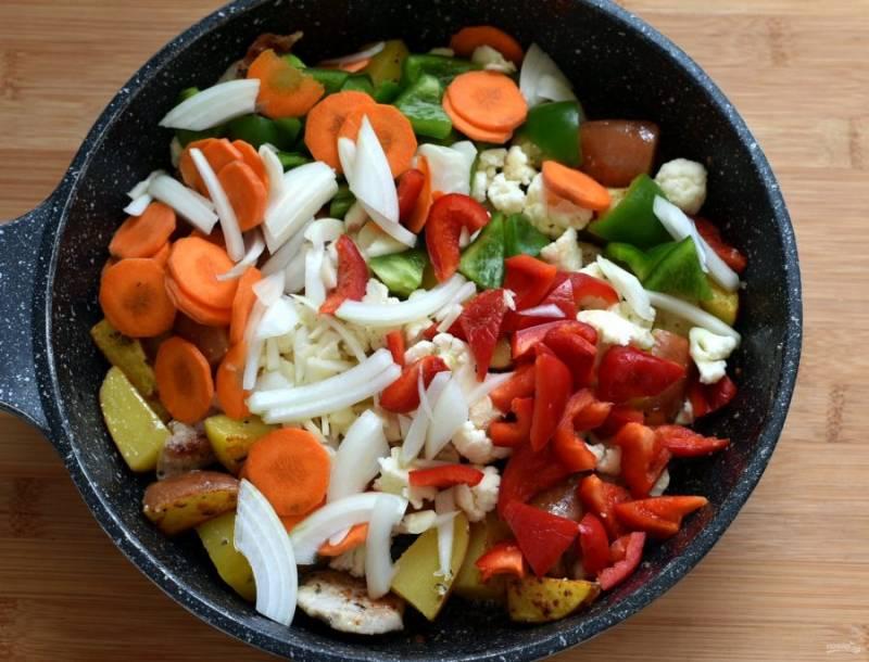 Выложите овощи и жарьте, помешивая, пару минут.