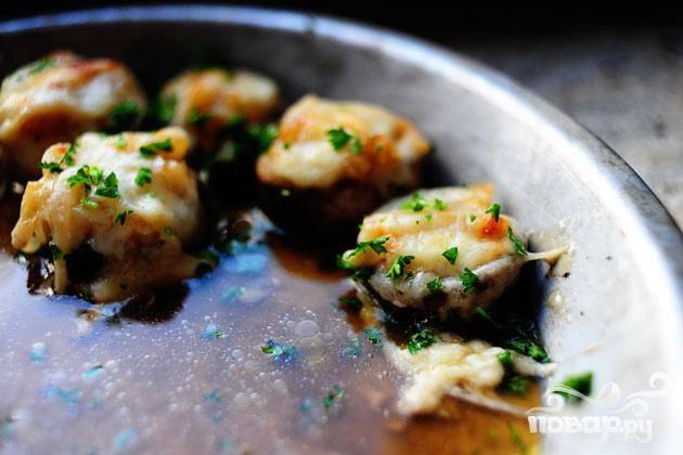 4. Посыпать грибы измельченной петрушкой сверху и сразу же подавать.