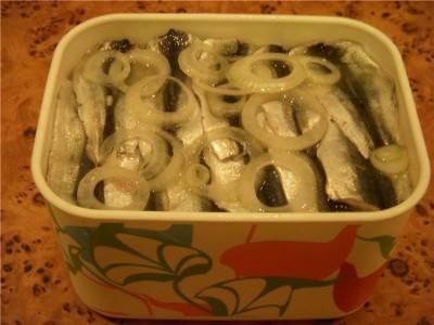 6. Теперь перекладываем рыбку слоями, чередуя с луком, порезанным колечками и все тем же маринадом.