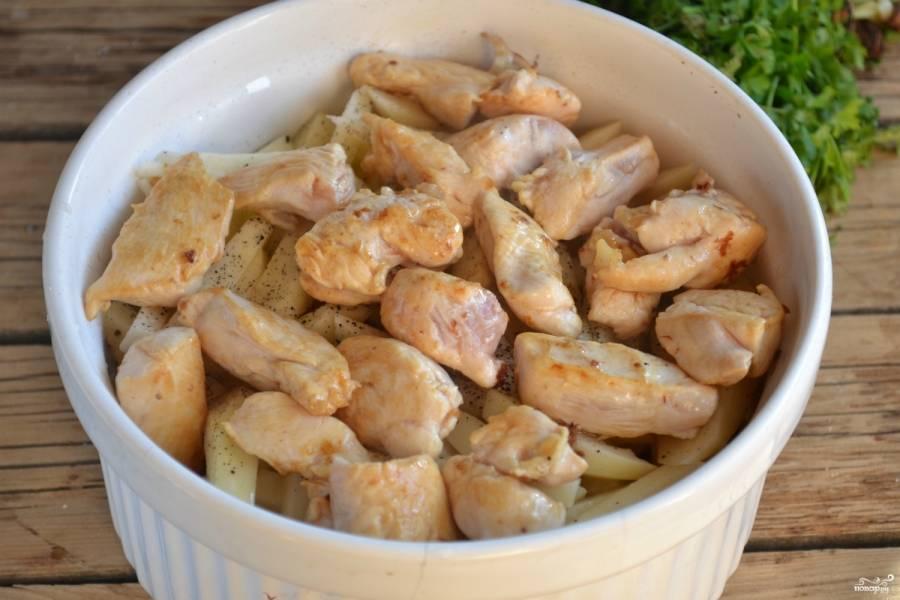 Сверху выложите румяное куриное филе.