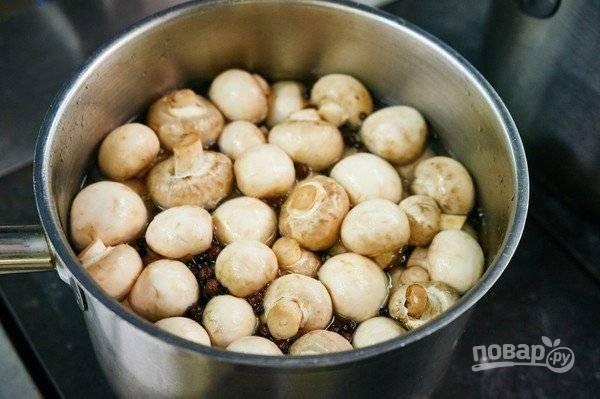 3. Выложите вымытые предварительно грибочки и чеснок.