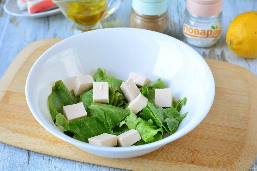 Нарежьте фетаксу средними кубиками и добавьте в салат.