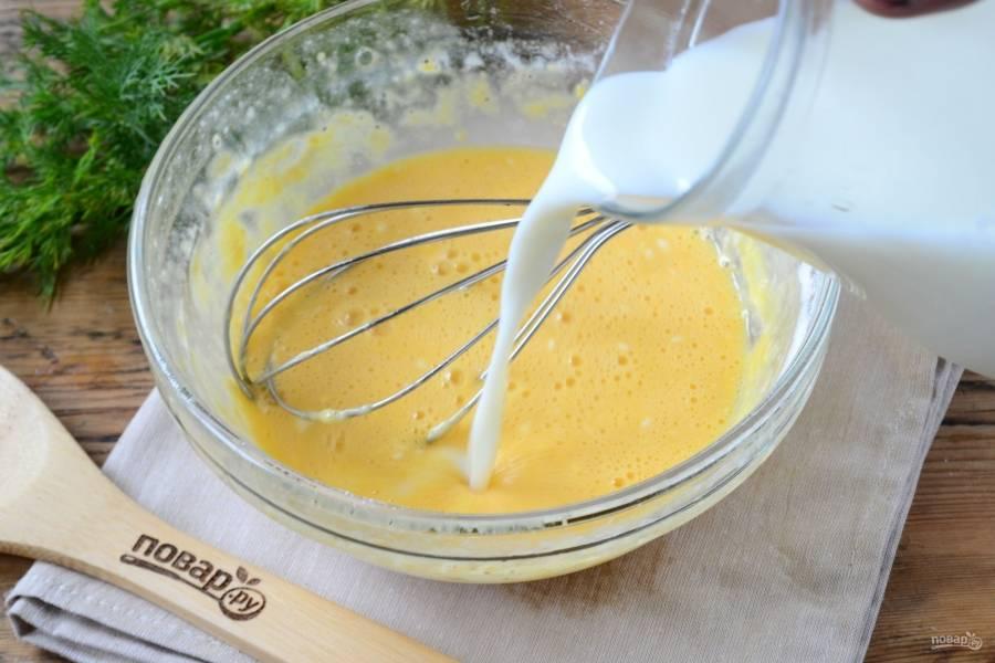 Затем влейте молоко и оливковое масло и хорошенько перемешайте.