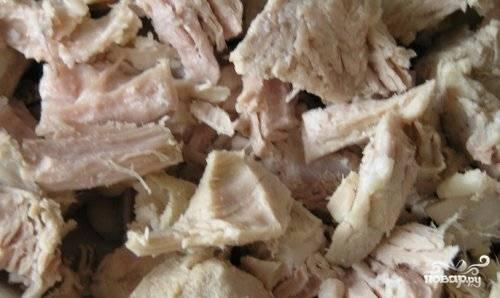 Мясо нарвите на кусочки и внесите в кастрюлю к другим ингредиентам.