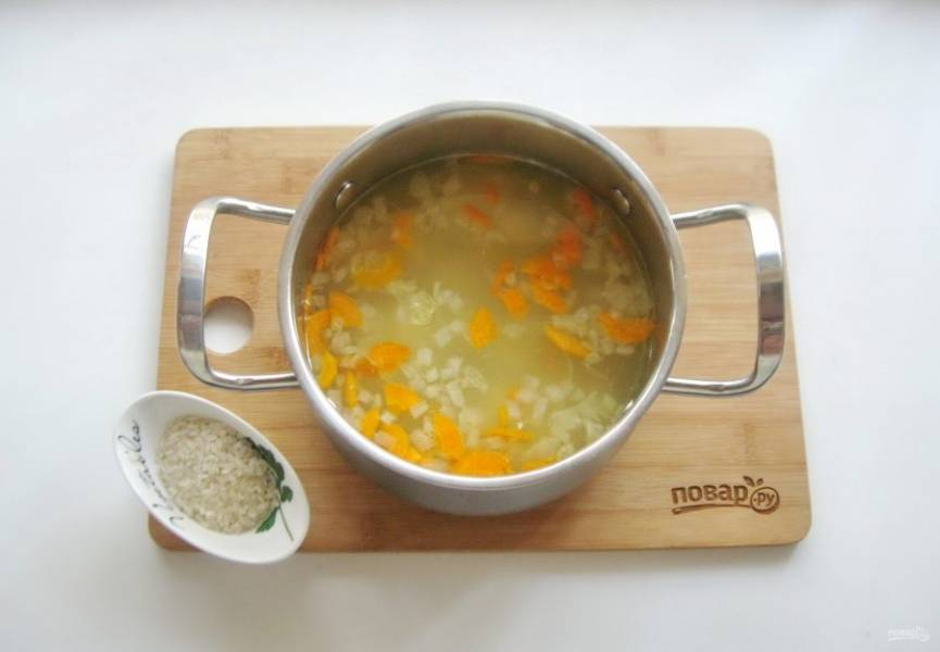 Когда овощи будут на стадии полуготовности, добавьте в суп промытый рис. Посолите суп по вкусу и продолжайте варить.