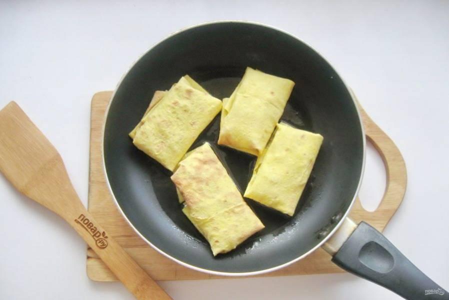 Конвертики из лаваша выложите на горячую сковороду с небольшим количеством масла.