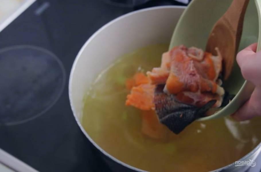 2. Добавьте немного кипятка или вина, чтобы от дна кастрюли отстали кусочки овощей. Проварите несколько минут и добавьте воду. Затем добавьте суповой рыбный набор (рыбу лучше предварительно бланшировать в течение минуты).