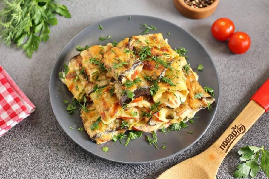 Готовые рулетики из кабачков и баклажанов переложите на тарелку и посыпьте свежей зеленью. Подавать можно как в теплом, так и в остывшем виде. Приятного аппетита!