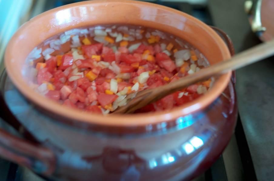 7. Добавьте помидоры в сотейник. Через пару минут выложите кролика. Обжарьте на среднем огне с двух сторон около 5 минут.