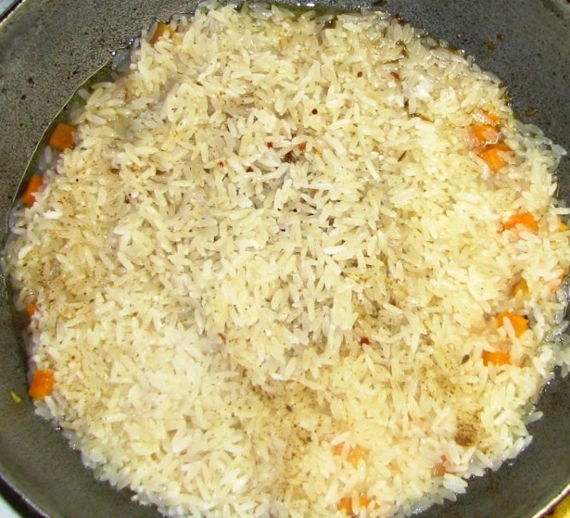 Затем добавьте сливочное масло, и когда оно растворится, выложите промытый рис.