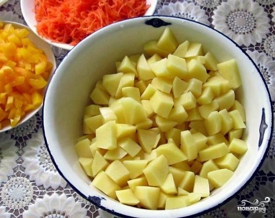 Картошечку промойте, очистите и нарубите на кубики острым ножом. Все овощи должны быть приблизительно равного размера.