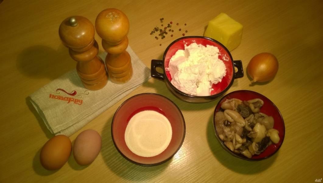 1. Подготовьте ингредиенты. Если грибы лесные, заранее отварите их с солью. Шампиньоны берите свежие. Лук почистите.