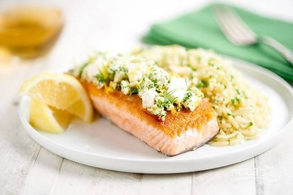 6. Подавайте лосося с рисом, посыпав блюдо укропом. Поливайте рыбу лимоном. Приятного аппетита!