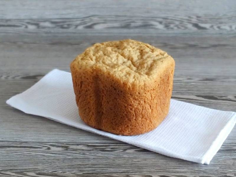 По окончании программы, после звукового сигнала, извлеките хлеб из ведерка. Переложите его на полотенце. Хорошо охладите. В идеале дайте отлежаться в течение 6-8 часов.