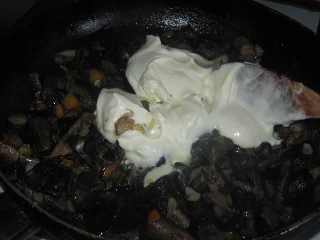 4. Теперь самое время влить сметану или густые сливки. Тушим еще полчаса, добавляя немного воды (по необходимости).