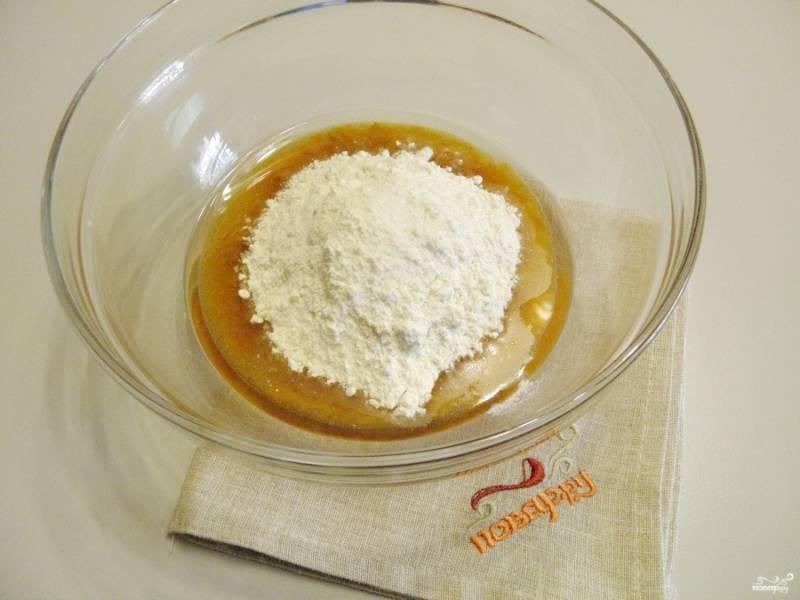Добавьте просеянную муку с рыхлителем и ванильным сахаром. Можно добавить еще апельсиновой цедры. Она отлично подходит к абрикоскам. Перемешайте.