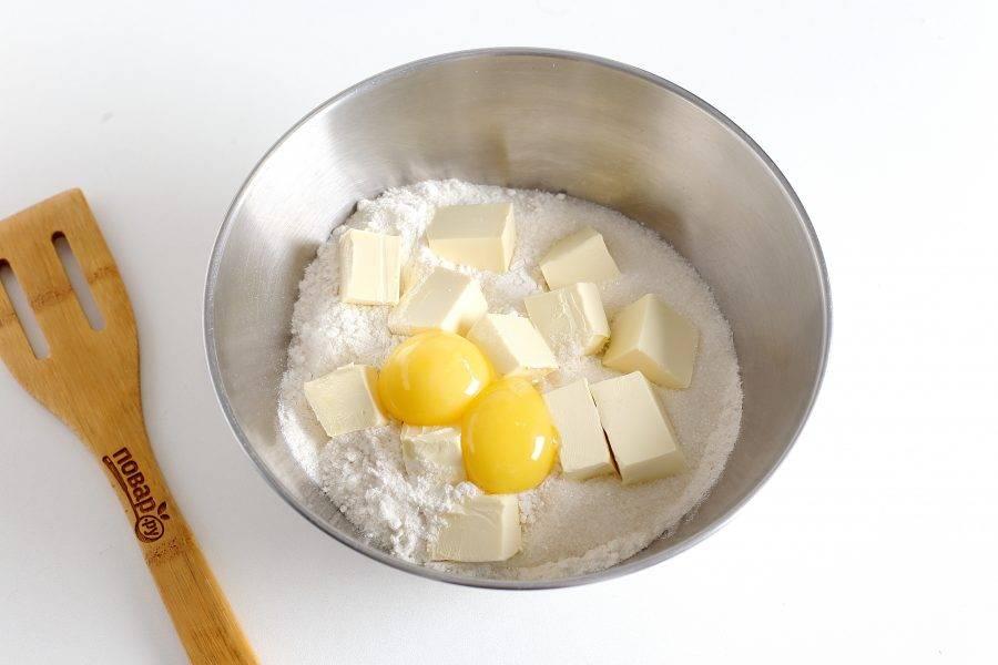 В глубокой миске соедините муку, нарезанное кубиками масло, соль, сахар и желтки.