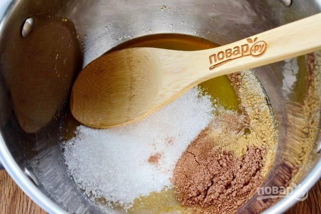 """В кастрюле (объем — 2 л) соедините мед, сахар, """"сухие духи"""" и апельсиновый сок, доведите до кипения."""