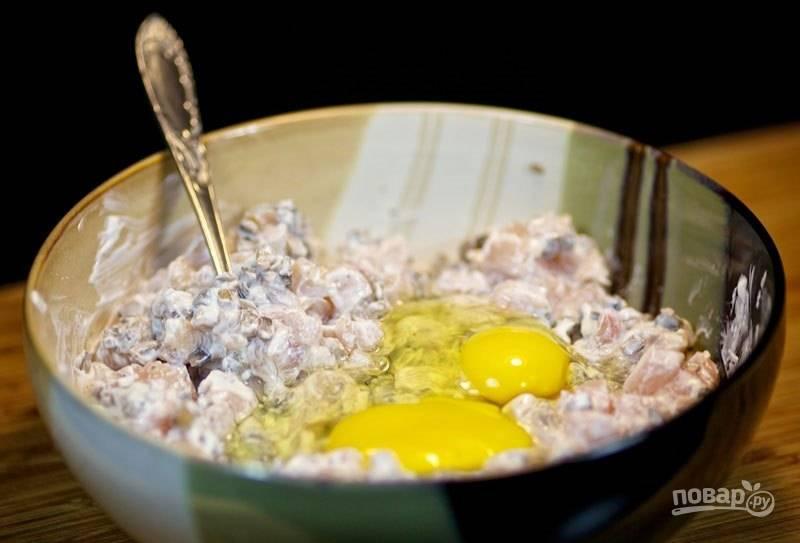 К фаршу вбейте яйца, добавьте соль и перец, все тщательно перемешайте.