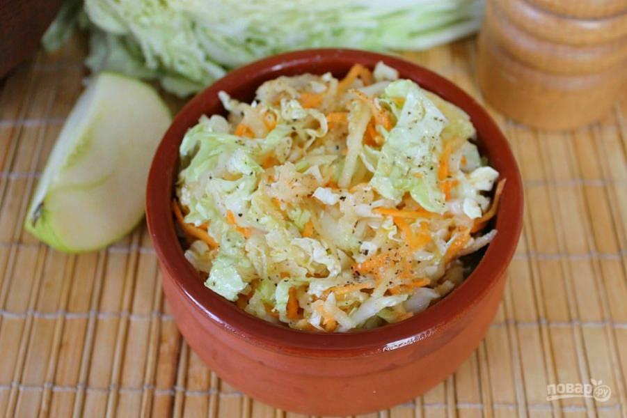 Салат с пекинской капустой и яблоком готов. Приятного аппетита!