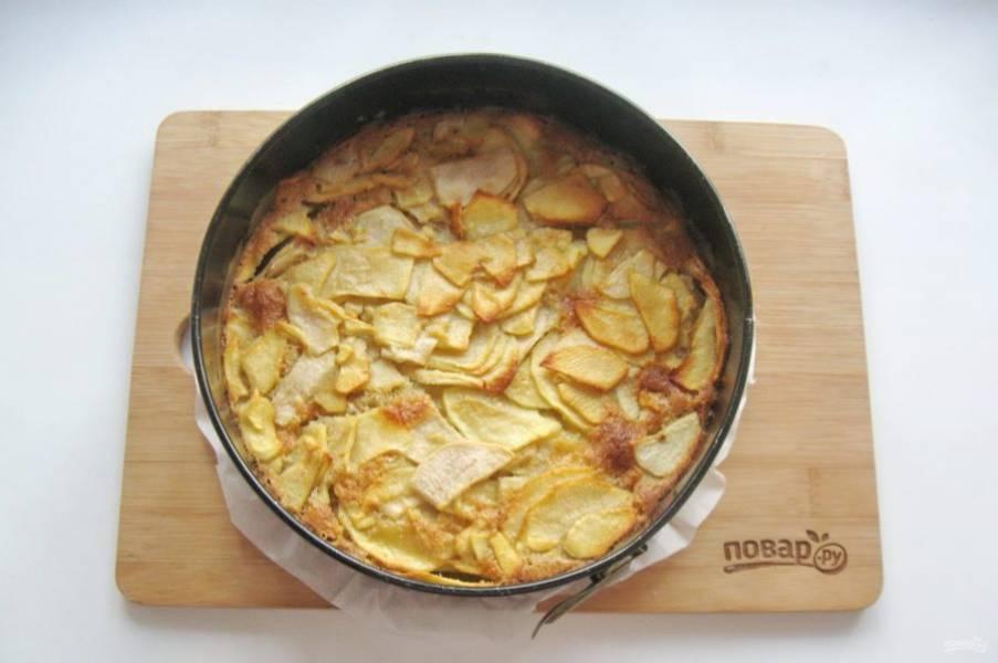 Выпекайте пирог в духовке заранее разогретой до 175-180 градусов 45-50 минут до золотистой корочки.