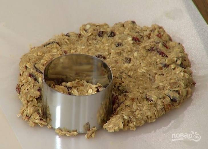 6.Спустя необходимое время достаньте тесто из холодильника и раскатайте его в толстый пласт. Кольцом или формочкой вырежьте фигурки.