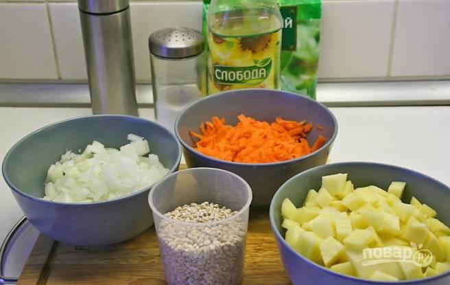 3. А тем временем можно очистить и измельчить овощи.