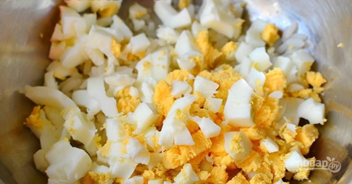 Яйца отварите вкрутую. Остудите их, почистите и порежьте небольшими кубиками.