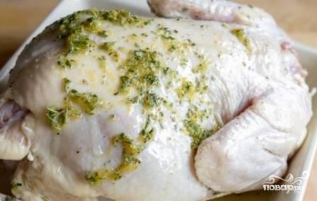 Достаем курицу, внутрь вкладываем один лимон, разрезанный на 4 части. Остальные лимоны нарезаем на половинки и выкладываем в форму для запекания. Туда же выкладываем курицу, смазанную смесью масла и розмарина.