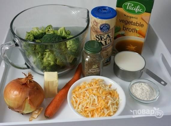 Подготовьте все ингредиенты. Сыр натрите на крупной терке. Лук измельчите, морковь нарежьте кружочками.