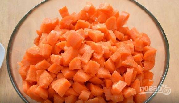 Морковь очистите и вымойте. Нарежьте корнеплоды на небольшие кубики. Затем разогрейте в сковороде оливковое масло и слегка обжарьте морковку.