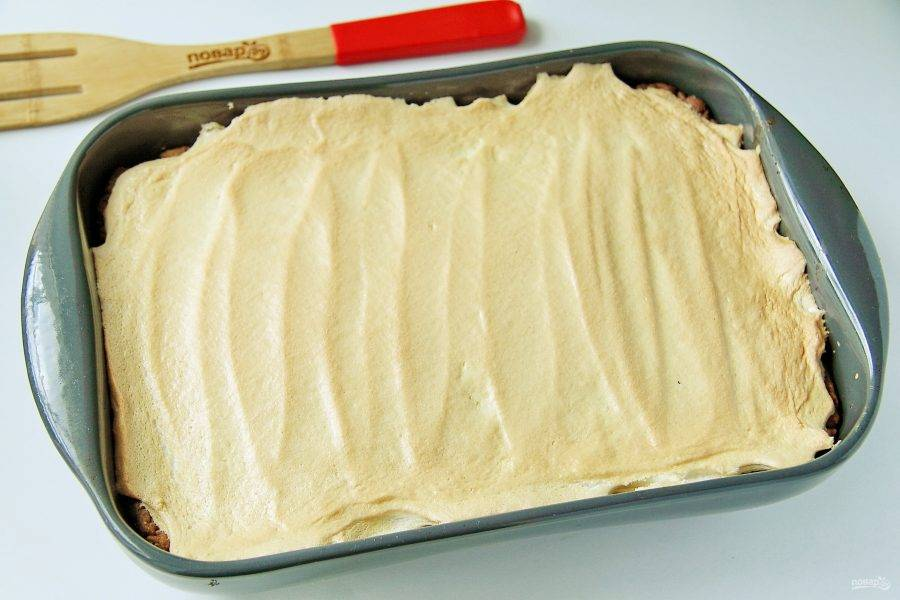 Отправьте форму в духовку еще на 10-15 минут. Безе должно подрумяниться, но остаться мягким.