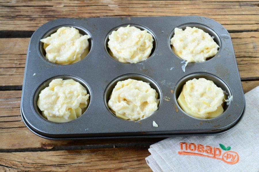 Сверху положите примерно по 1 ст. ложке соуса, затем положите снова картофельные слайсы, которые снова покройте сливочным соусом. Все должно быть примерно вровень с бортами формы, чтобы при запекании соус не растекся.