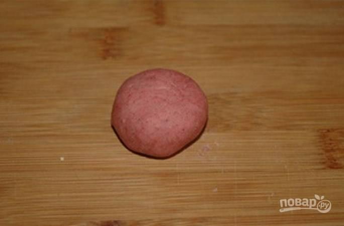 В меньшую часть добавьте краситель, чтобы тесто получилось розового цвета.