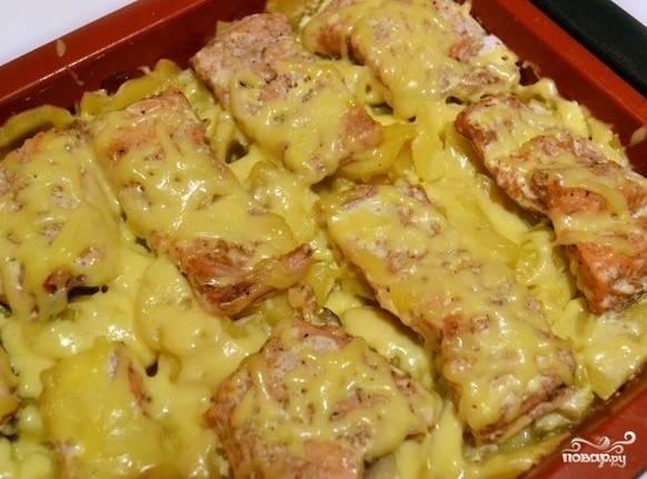 Когда картофель будет готов, вынимаем форму из духовки, снимаем фольгу и посыпаем нашу рыбку сыром, ставим еще на пару минут в духовку.