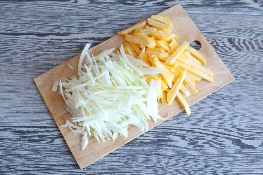Нарежьте соломкой капусту и брусочками репу.
