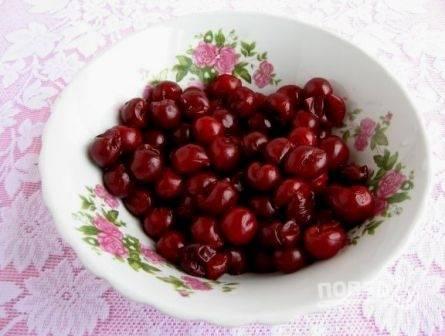 Вынимаем косточки у вишен и выкладываем их на дуршлаг, пусть стекает лишний сок (можно брать замороженные ягоды).