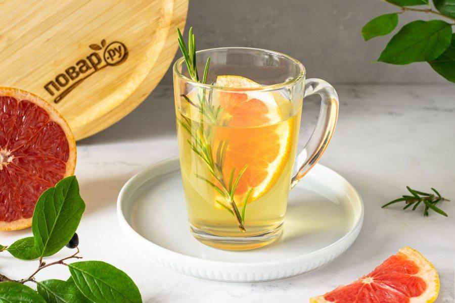 Перед подачей добавьте сахар по вкусу. Чай с грейпфрутом и розмарином готов!