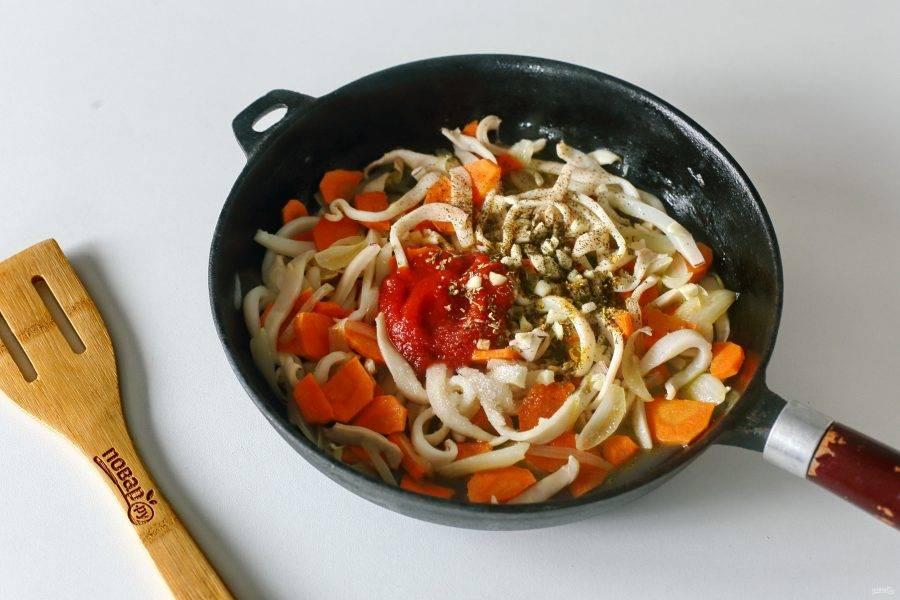 Затем добавьте томатную пасту, измельченный ножом чеснок, соль, сахар и любые любимые специи. Готовьте еще 2 минуты.