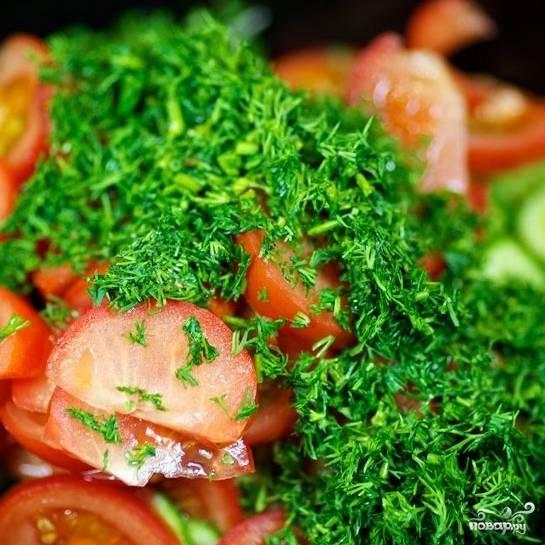 Теперь добавьте в салатницу мелко нарезанный укроп.