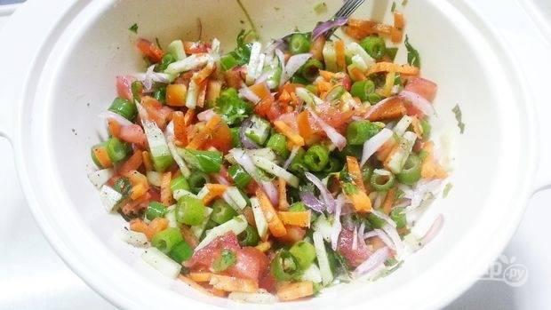 Сложите овощи и зелень в глубокую посуду и посыпьте специями.