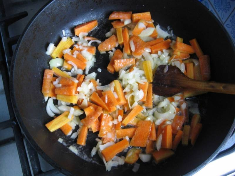 Обжариваем морковку и лук в масле.