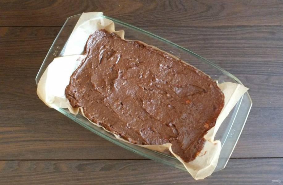 Прямоугольную форму для выпечки застелите пекарской бумагой. Выложите тесто и разровняйте. Поставьте выпекаться в разогретую до 170 градусов духовку на 15-18 минут. Учитывайте особенности своей духовки.