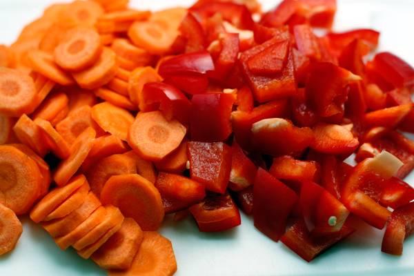 Нарезаем морковь и болгарский перец как на фото.